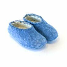 蓝色的孩子的羊毛拖鞋