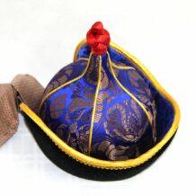 指着蒙古人帽子,黄色修剪,锥形红顶
