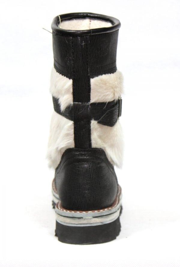 黑色和白色毛皮靴子