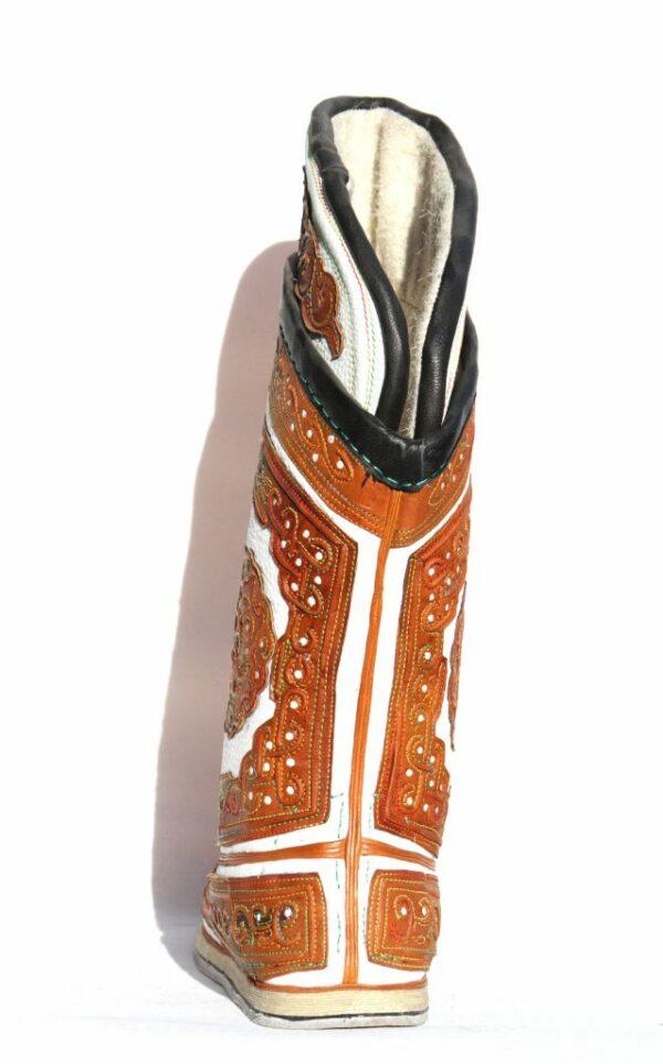 蒙古的白色和棕色的靴子64模式