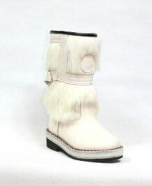 白色毛皮靴子