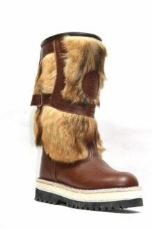 短的棕色毛皮靴子