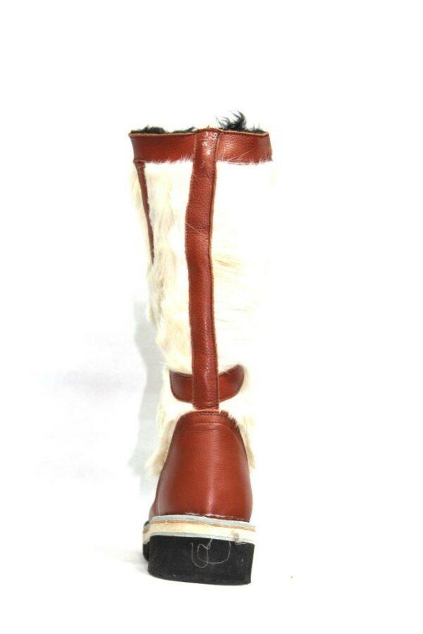 棕色和白色毛皮靴子